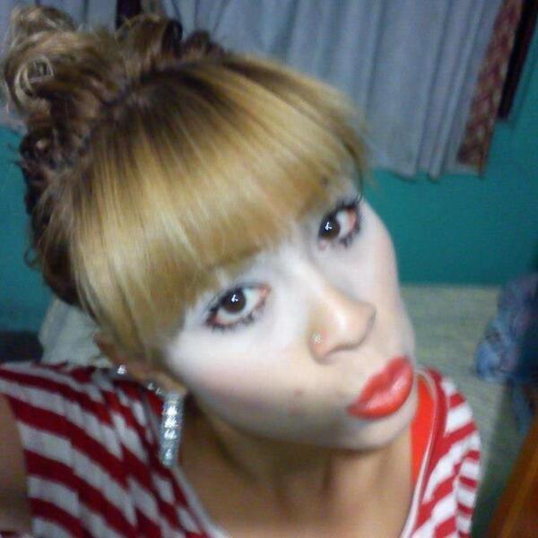 mujer con mucho maquillaje en los ojos