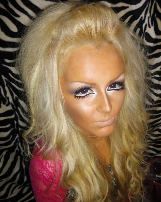 chica rubia con un cabello alborotado