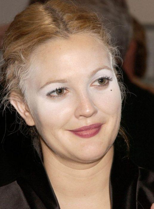 drew barrymore usando maquillaje de color blanco por toda la cara