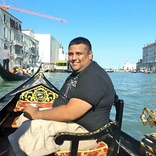 chico sentado en una silla dentro de una embarcación tomándose una foto