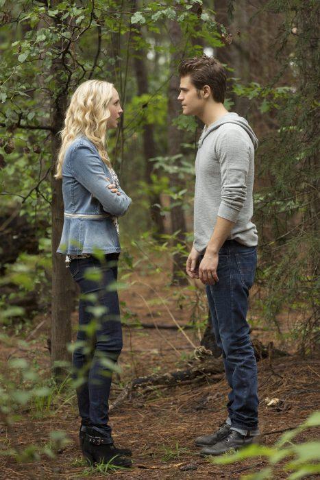 pareja de novios hablando en medio de un bosque