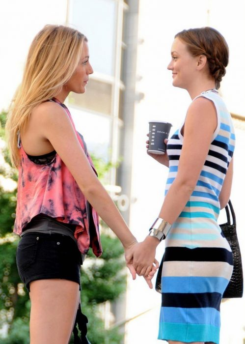 Escena de la serie gossip girl serena y blair hablando en la calle