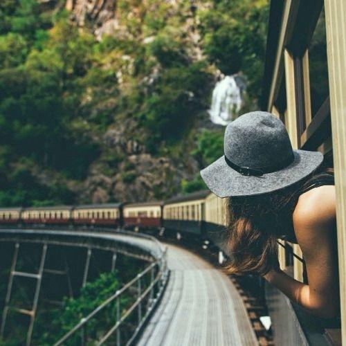 chica asomando su cabeza fuera del vagón de un tren