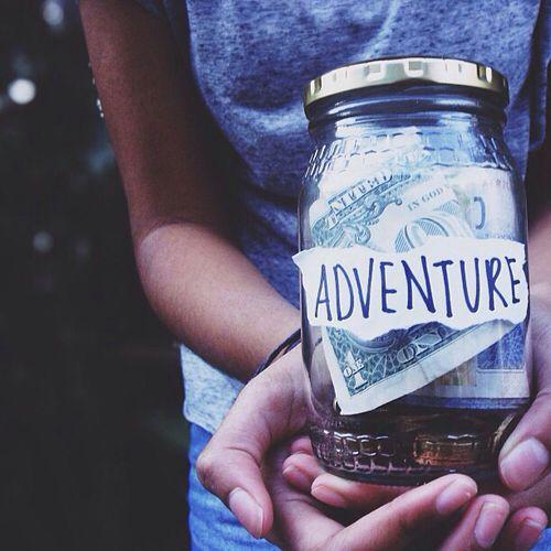 chica con un bote de ahorros en sus manos que dice aventura