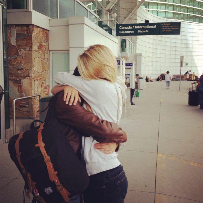 Pareja abrazada en un aeropuerto