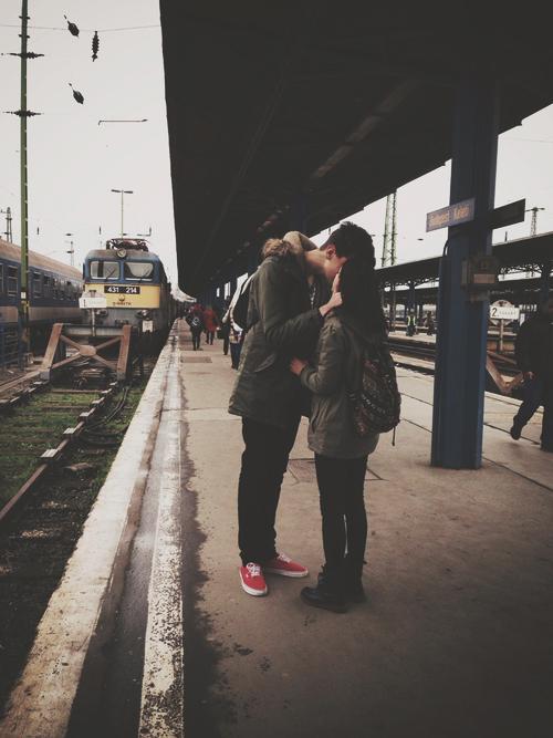 Pareja besándose en la terminal de tren