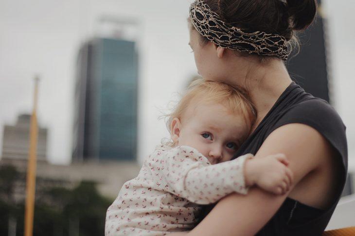 Mamá abrazando a su pequeña hija