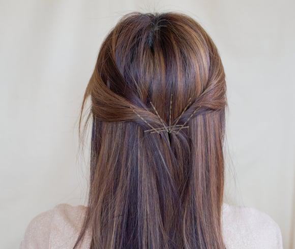 chica con pasadores en el cabello