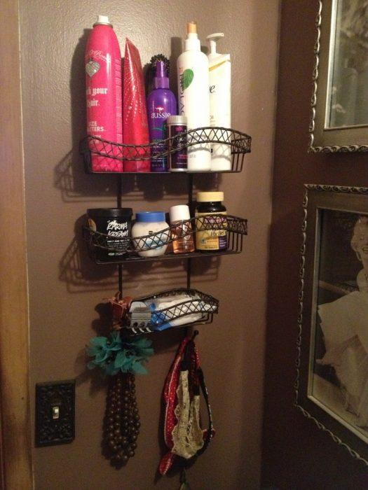 cuarto de baño con productos para el cabello