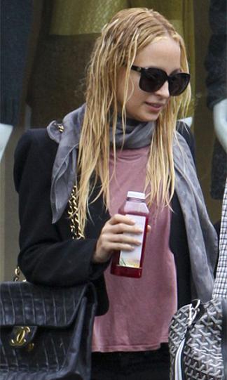nicole richie saliendo del salon de belleza con el cabello mojado