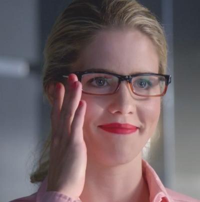 chica rubia con lentes sosteniendolos del lado derecho del rostro