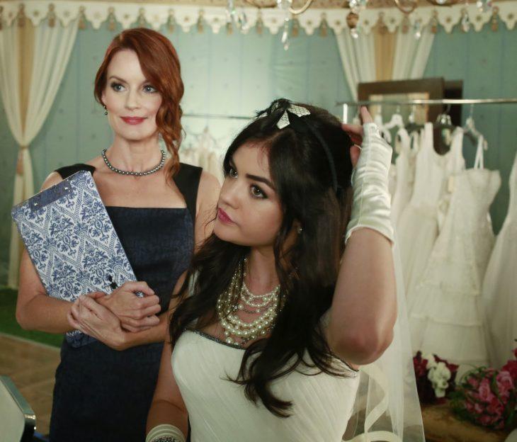 Escena de la serie pretty little liars cuando usan vestidos de novia