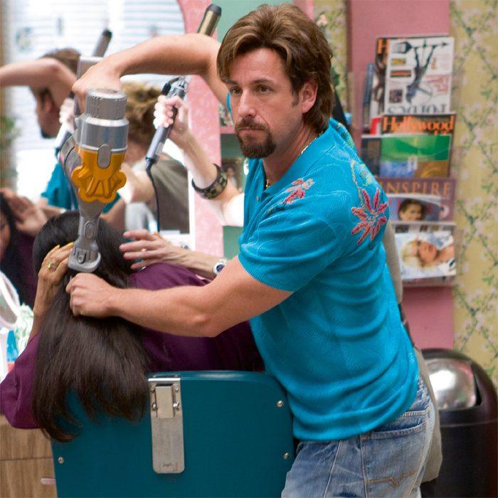 Escena de la película no te mentas con zohan, estilista secando el cabello de una mujer