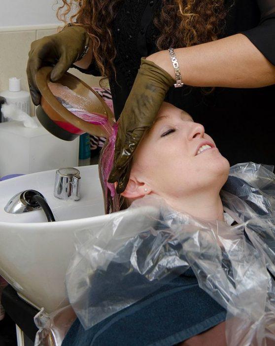 Chica a la que le están tiñendo el cabello