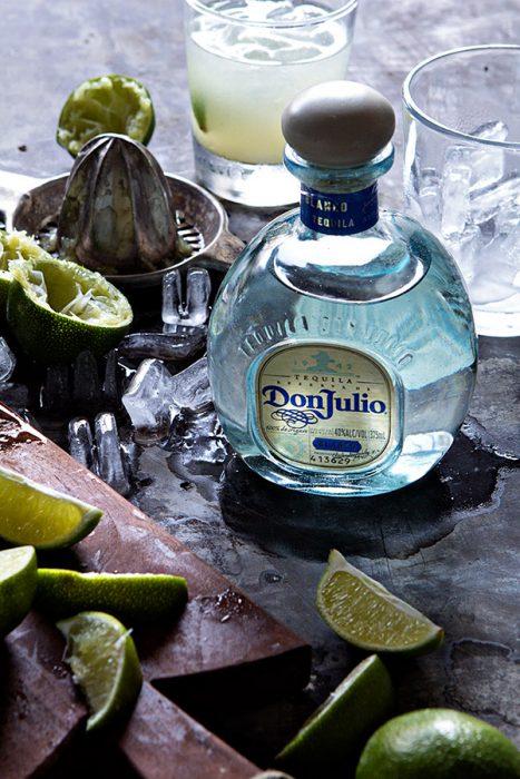 tequila blanco don julio en una mesa con limones
