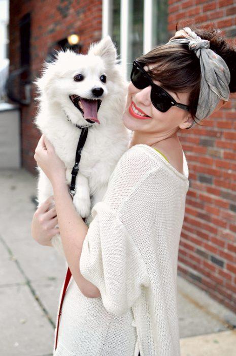 chica con un perro en los brazos