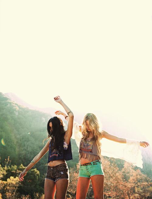 amigas bailando al aire libre