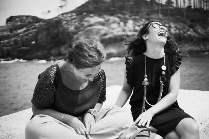 amigas riendo a carcajadas