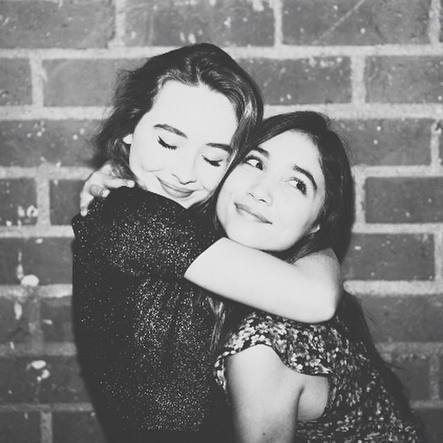 foto en blanco y negro de chicas abrazadas