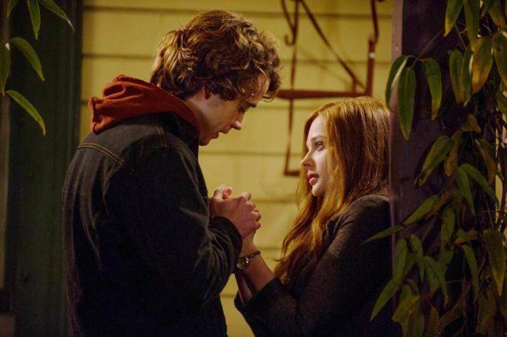Escena de la película if stay, protagonistas tomas de las manos
