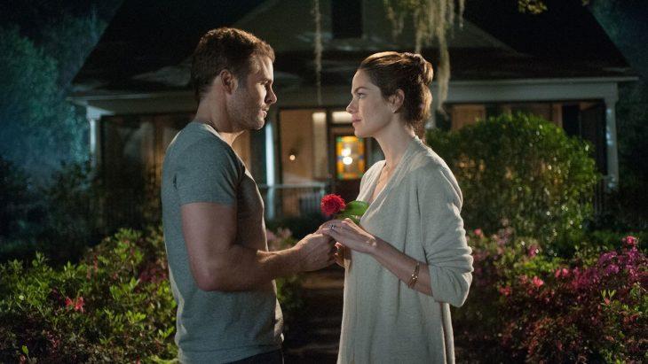 Escena de la película lo mejor de mi donde él le entrega una rosa a ella