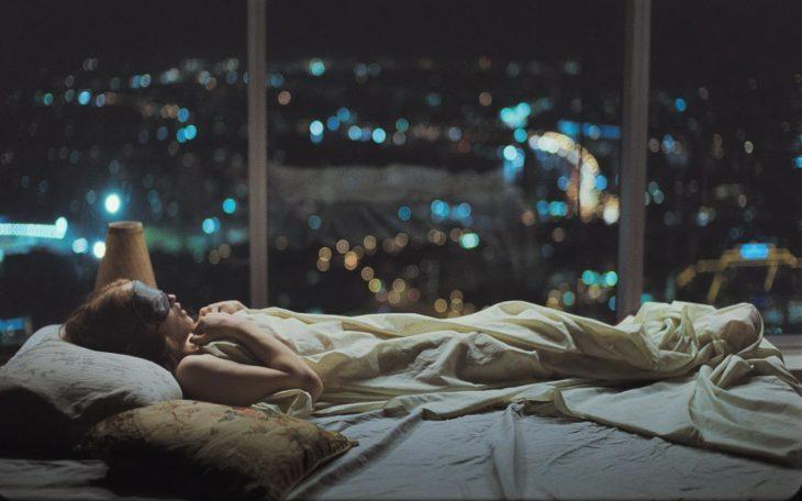Chica acostada en la cama