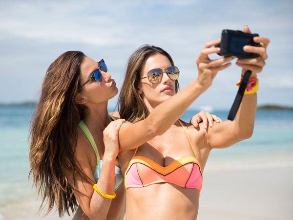 chicas tomándose una foto en la playa