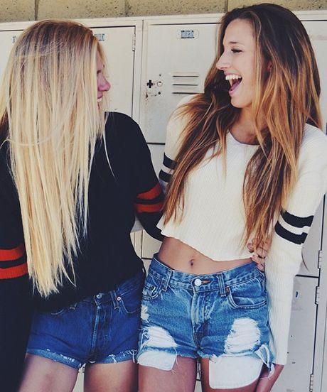 amigas abrazadas y riendo