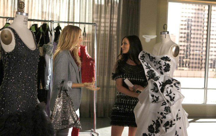 chicas en una tienda de ropa probándose vestidos