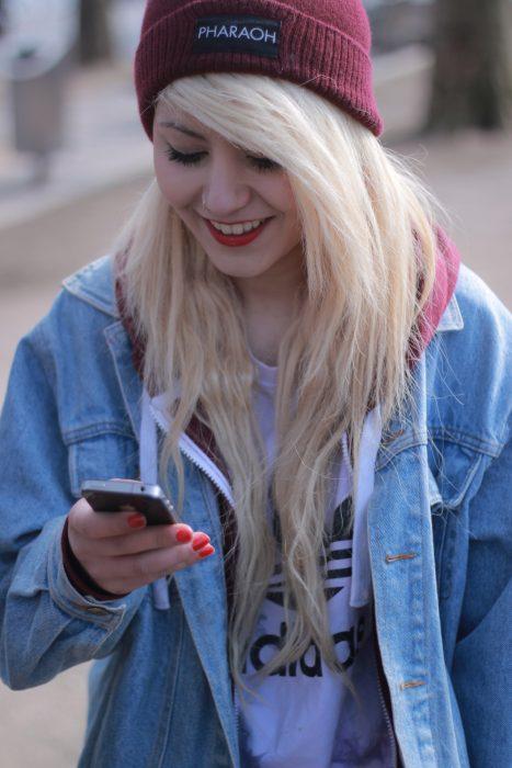 Chica observando su celular
