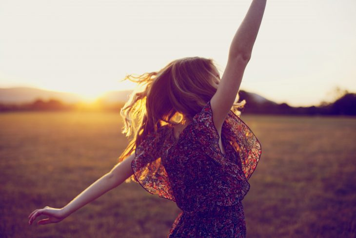 Chica bailando con el atardecer