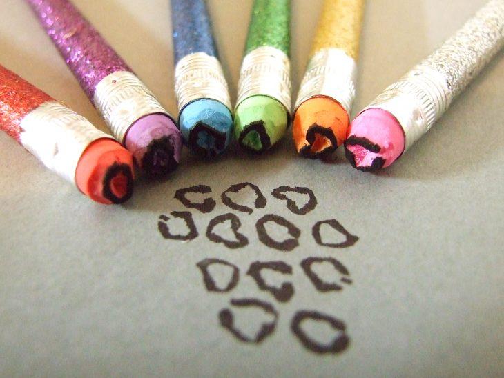 gomas de lápiz cortadas y pintadas con esmalte