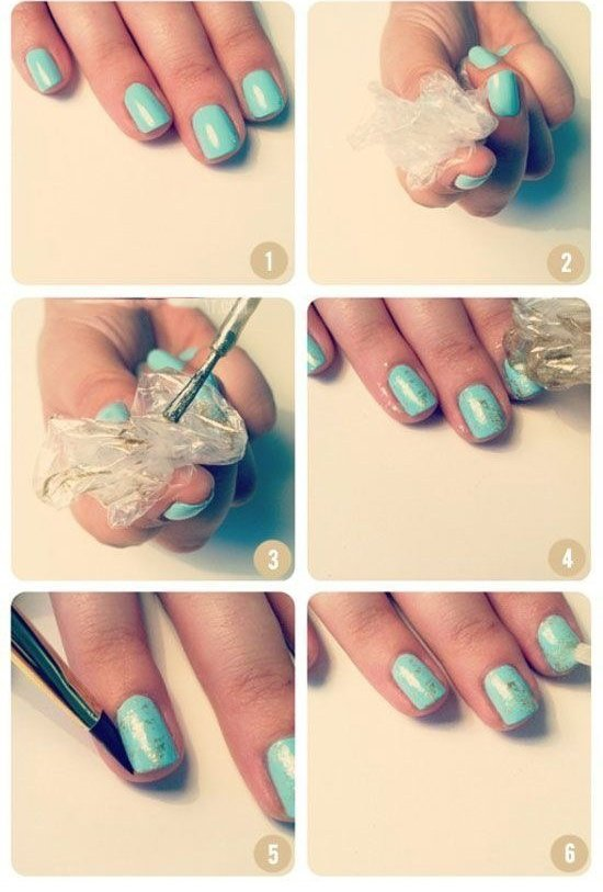 mujer pintándose las uñas color turquesa