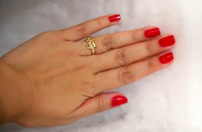 uñas de una mujer con esmalte rojo