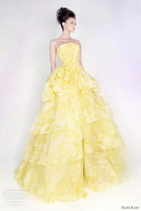 chica con un vestido color amarillo posando para una fotografía