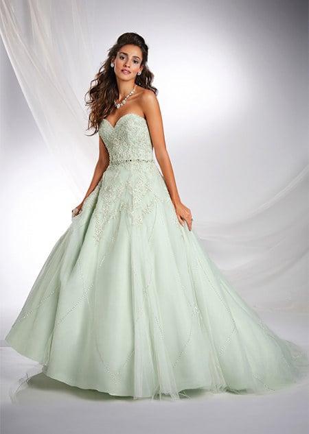 chica usando un vestido de novia de color verde menta