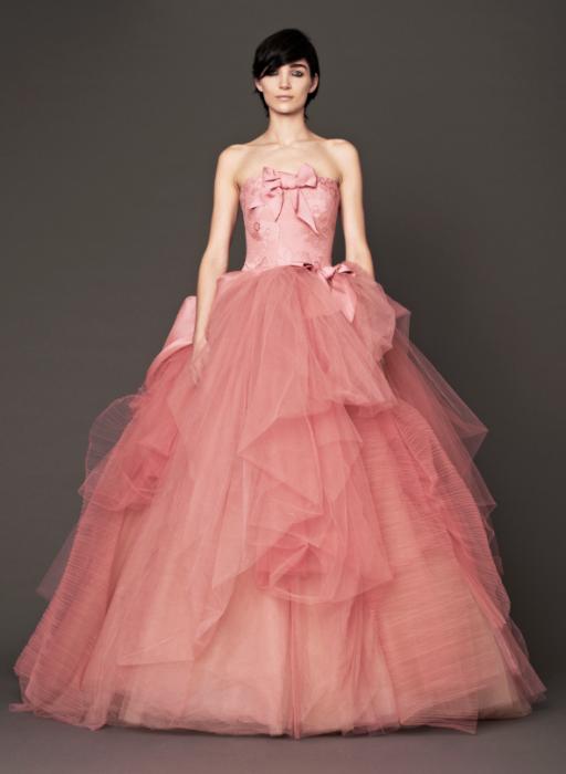 Chica usando un vestido rosa palo