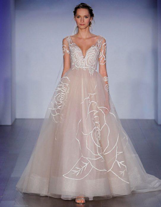 chica usando un vestido blanco con transparencias