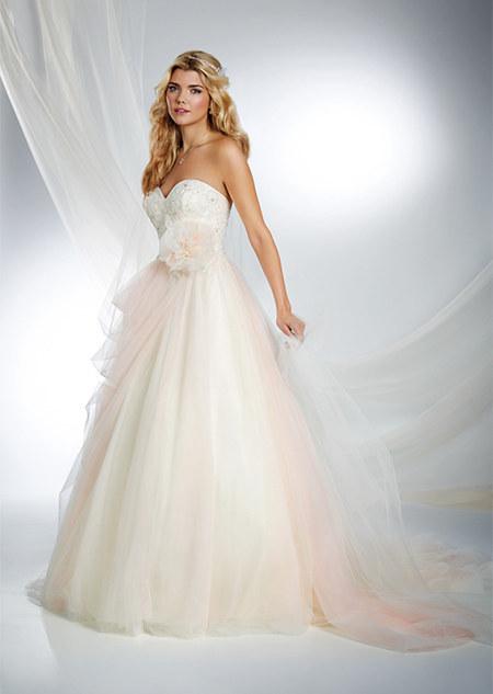 Chica usando un vestido de novia de color blanco con rosa