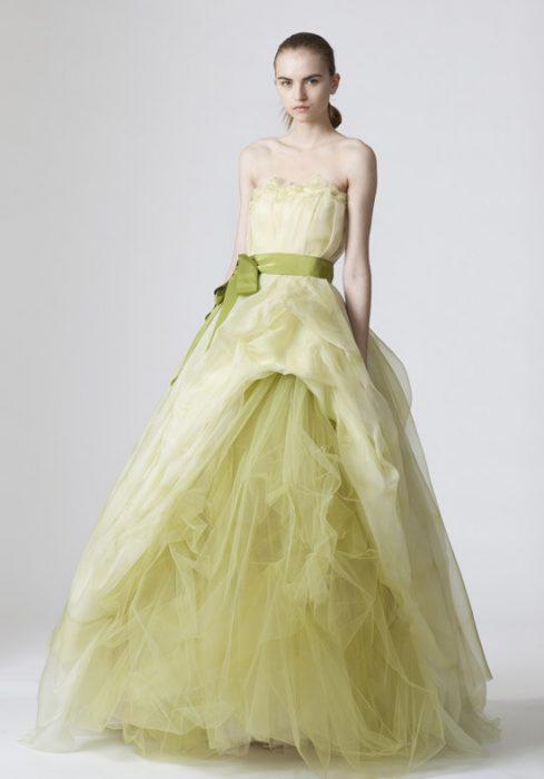 chica usando un vestido de novia de color verde