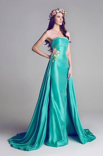 chica usando un vestido de color verde agua