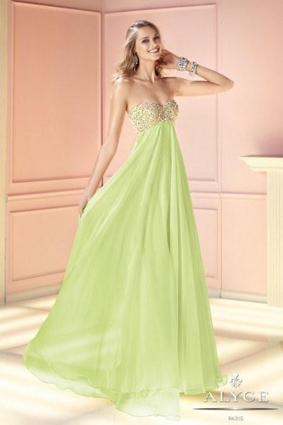 Chica usando un vestido color verde con piedreria en el busto