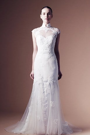 chica usando un vestido de novia blanco con cuello