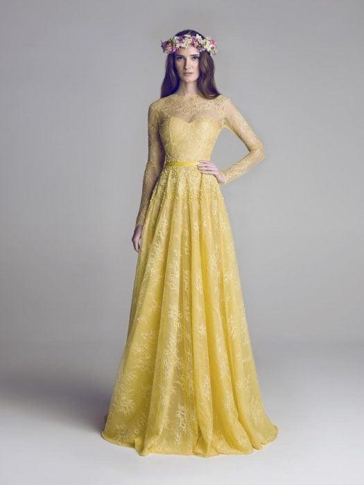 vestido de novia de color amarillo