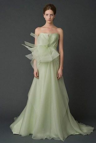 chica usando un vestido de color verde olivo