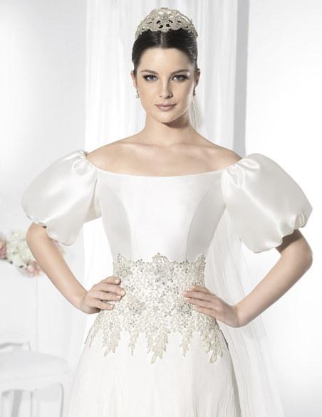 mujer con un vestido de princesa