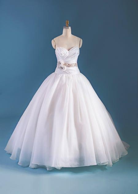 vestido de novia colgado sobre un maniquí