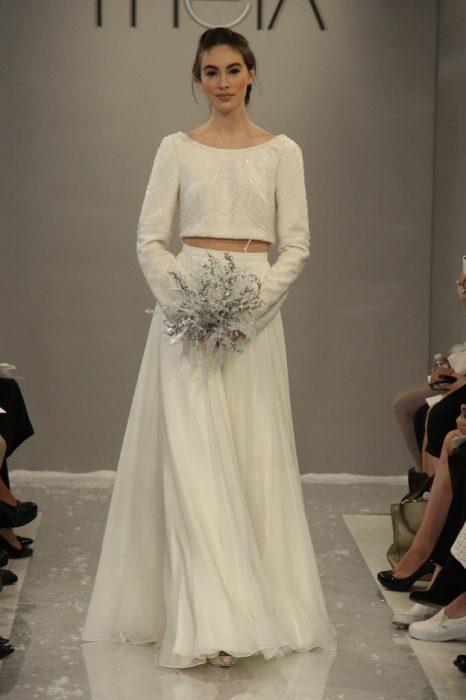 chica usando un vestido de color blanco