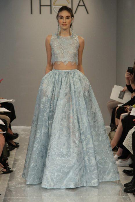 chica usando un vestido de color azul