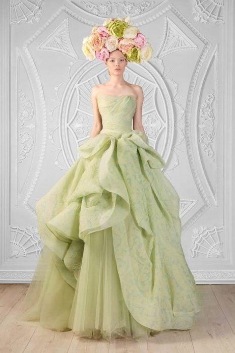 chica usando un vestido de color verde menta con flores en la cabeza
